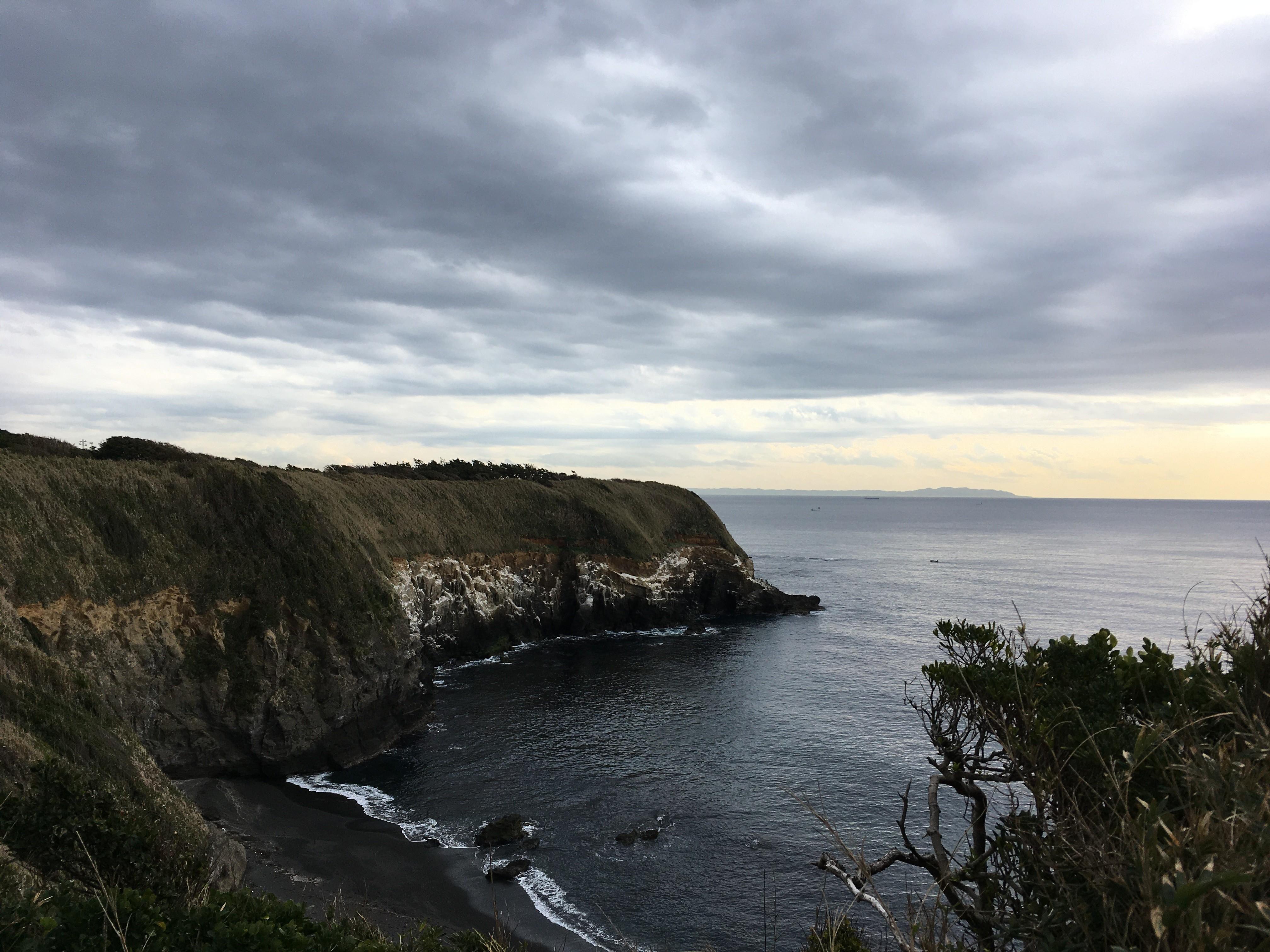 城ヶ島ハイキングコースウミウ展望台から安房崎灯台方面を眺める