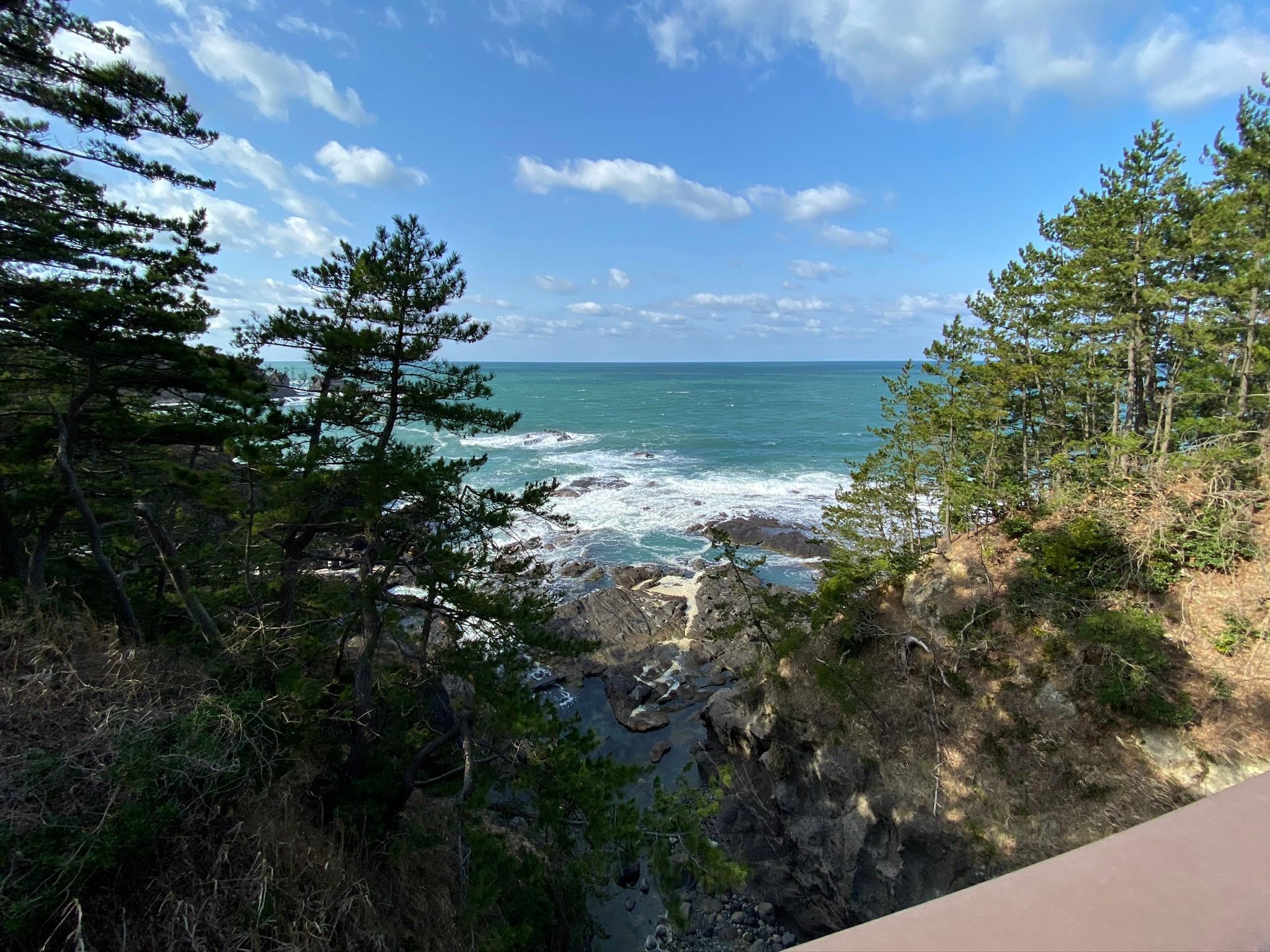 幸せのがんもん橋からの日本海を眺める