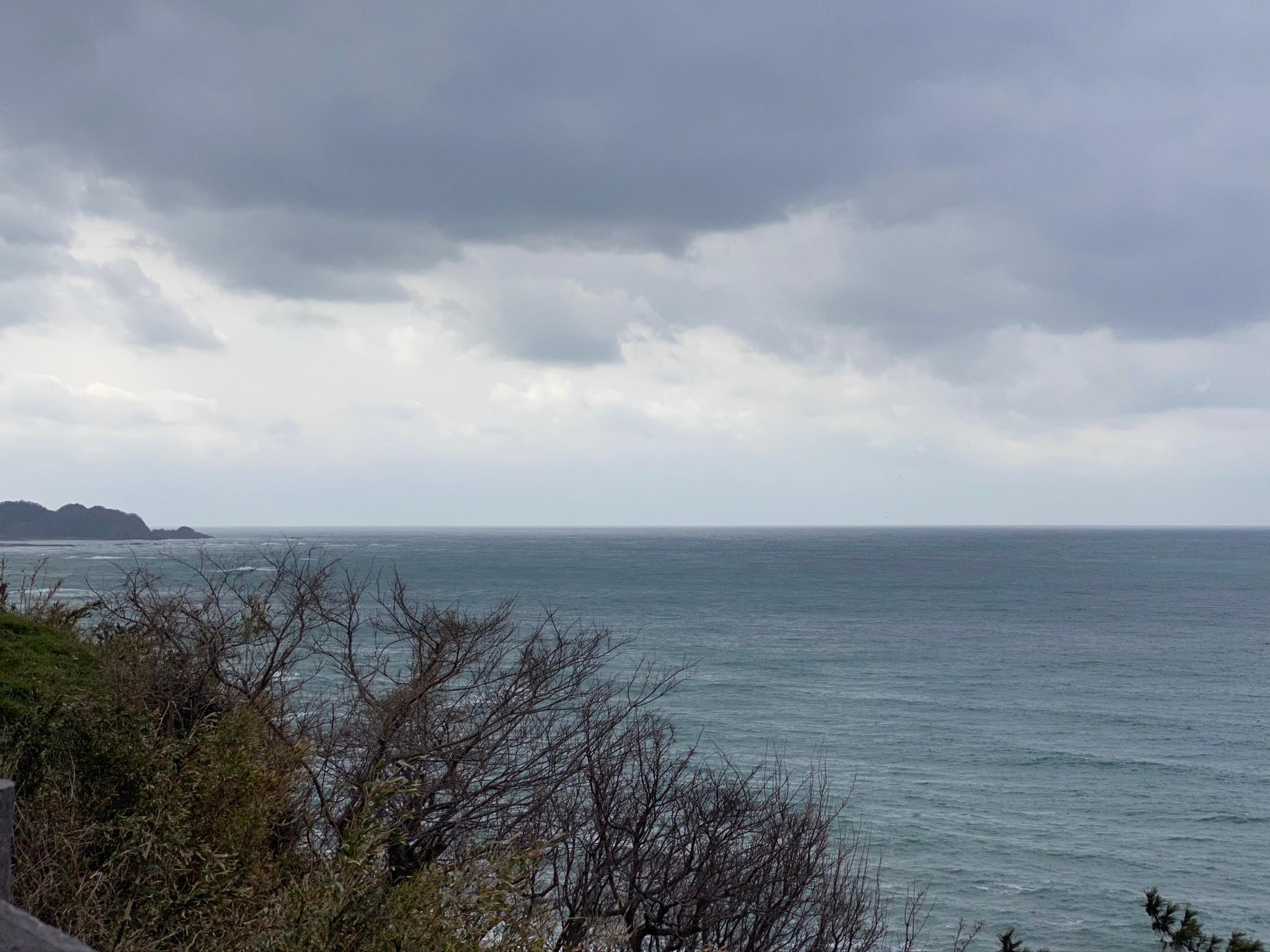 禄剛崎灯台から日本海を眺める