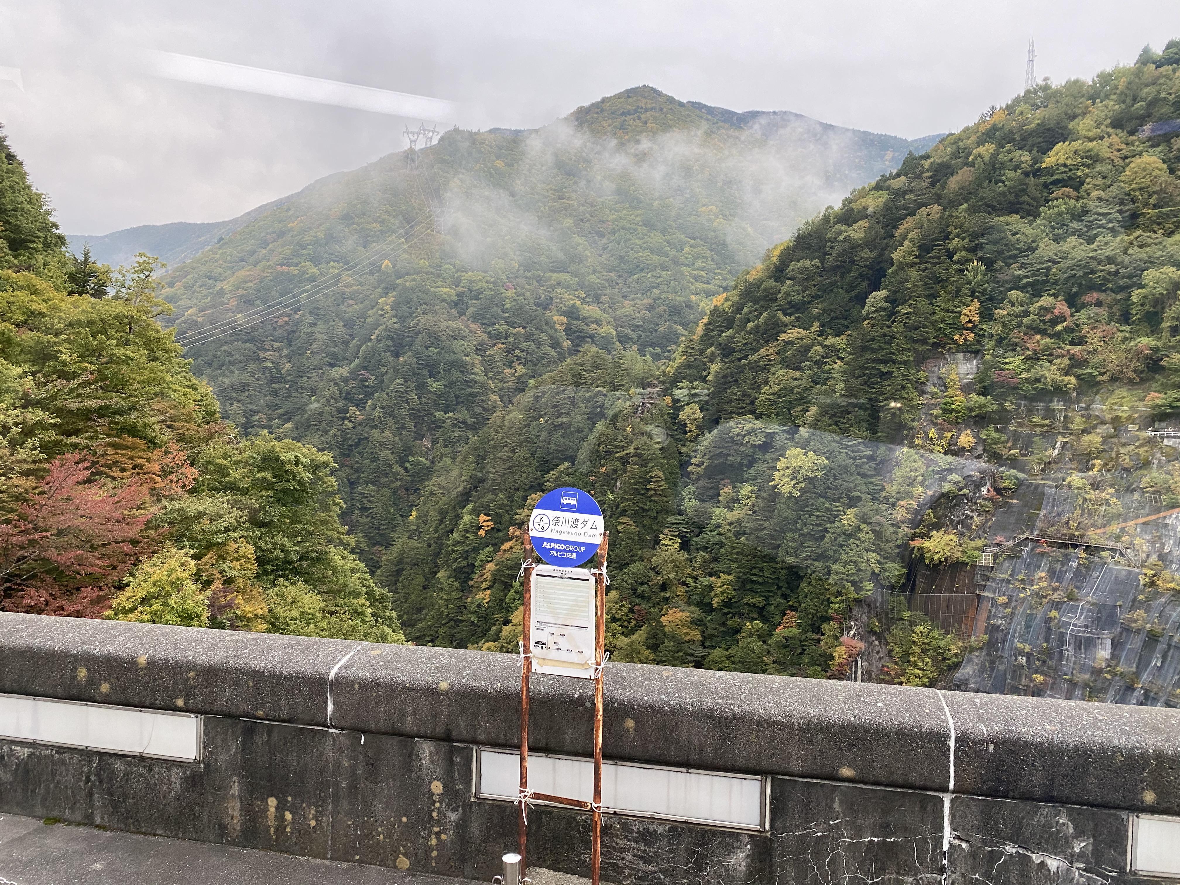 バス車内から奈川渡ダムを撮影