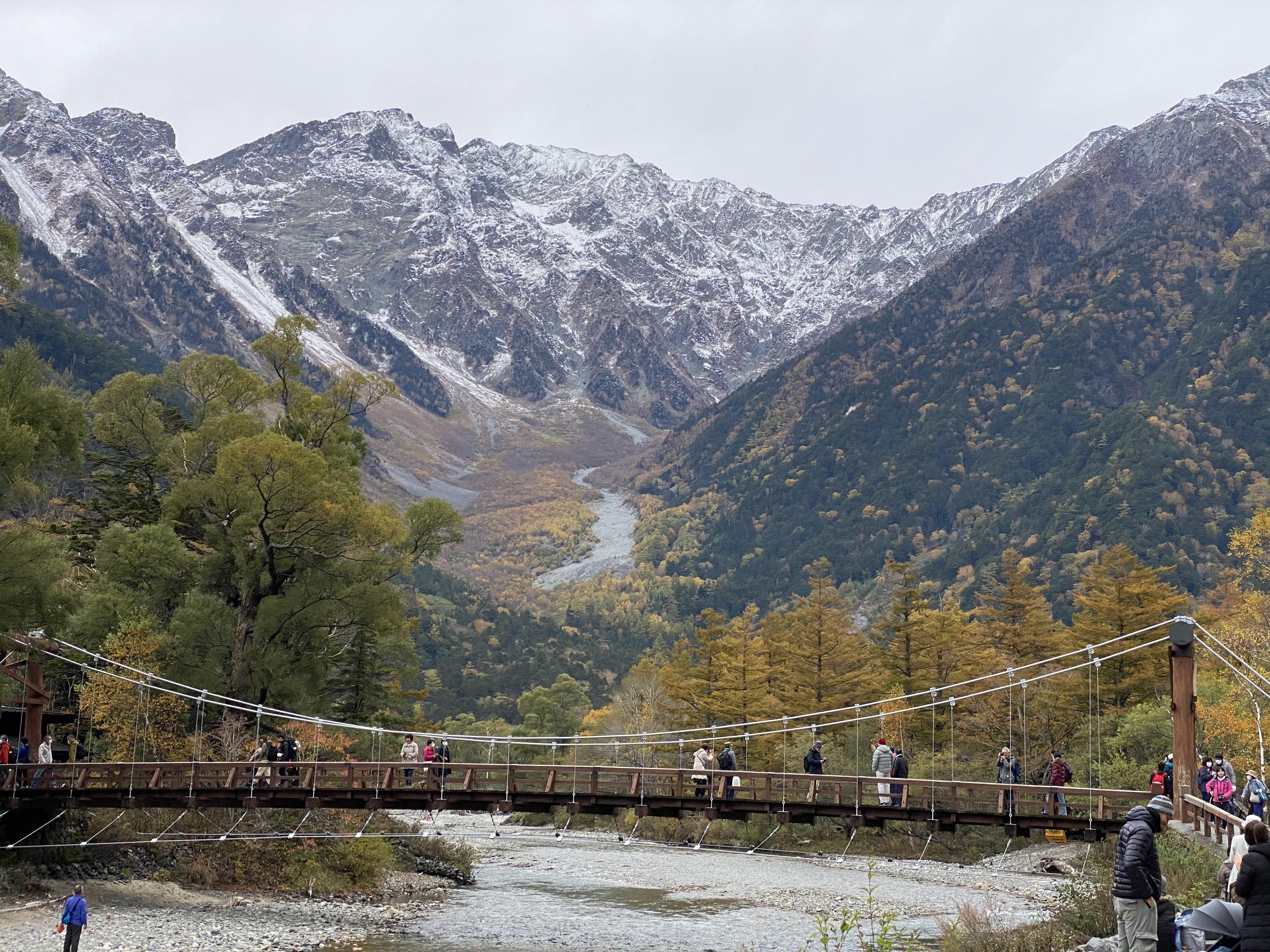 河童橋から正面に見える穂高連峰中腹の溪谷